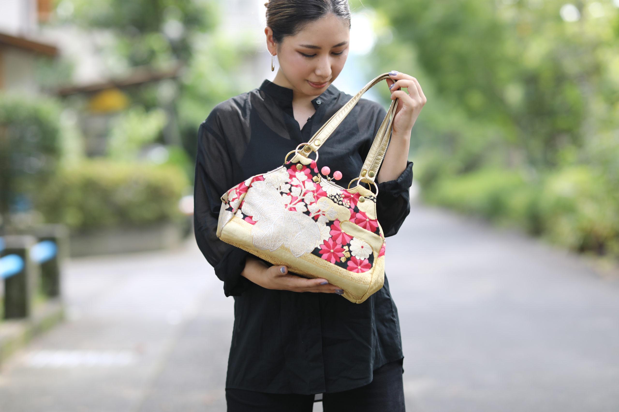 和柄オーダーバッグと女性